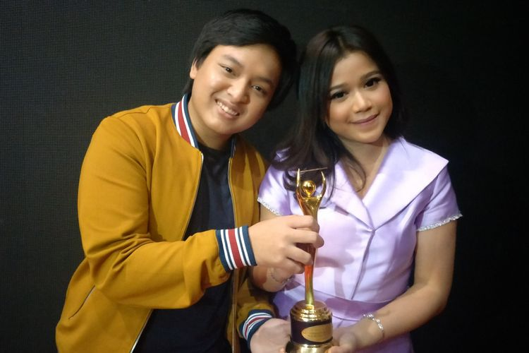 Pasangan duet Brisia Jodie dan Arsy Widianto usai menerima penghargaan di Malam Puncak Anugerah Musik Indonesia (AMI) 2018 yang digelar di Ecovention Ancol, Jakarta Utara, Rabu (26/9/2018).