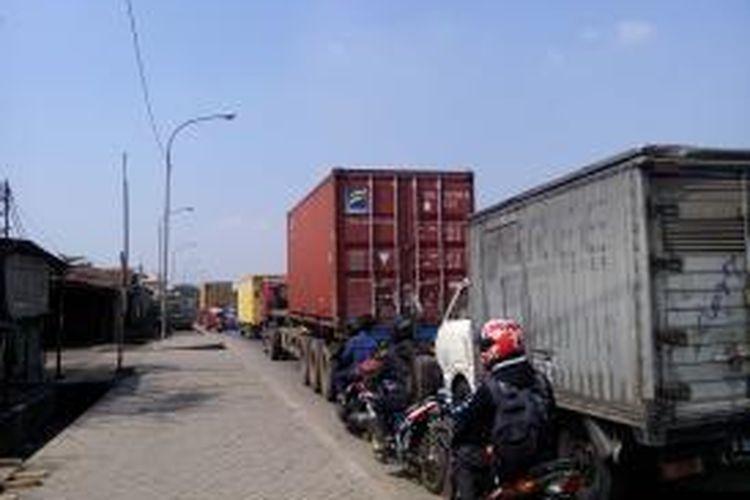 Akibat membeludaknya kendaraan yang ingin melakukan pengujian di Balai Pengujian Kendaraan Bermotor Bermotor (PKB) Cilincing, menyebabkan kemacetan yang mengular di sepanjang Jalan Raya Cakung Cilincing (Cacing), Kamis (14/8/2014).