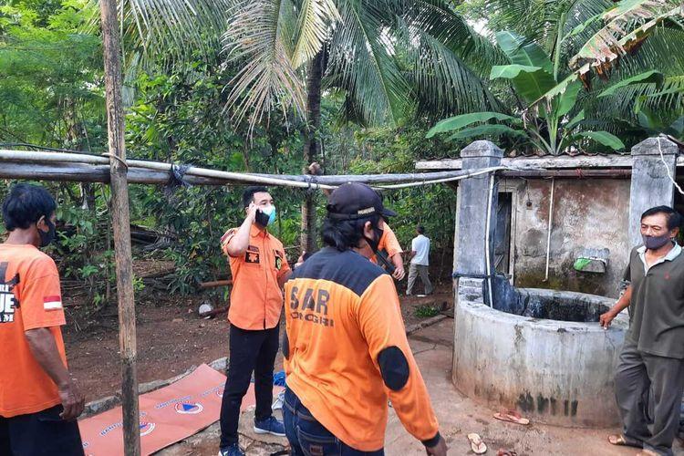 TERCEBUR—Inilah lokasi sumur dimana ditemukan jasad seorang ibu rumah tangga berinisial SR (41) tewas tenggelam tercebur di dalam sumur berkedalaman delapan meter di Dusun Tunggur, Desa Sendangrejo, Kecamatan Baturetno, Kabupaten Wonogiri, Jawa Tengah, Selasa (4/5/2021).