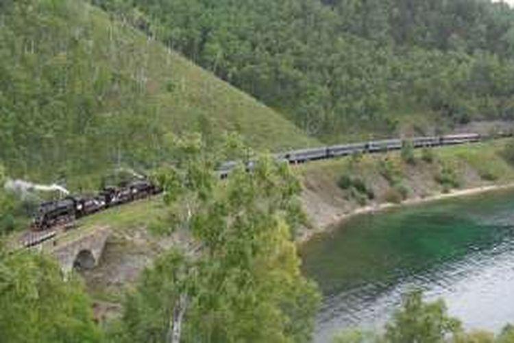 Jalur kereta api Trans-Siberia adalah yang terpanjang di dunia yang meliputi jarak lebih dari 9.000 kilometer, melintasi 10 zona waktu dan dua benua.