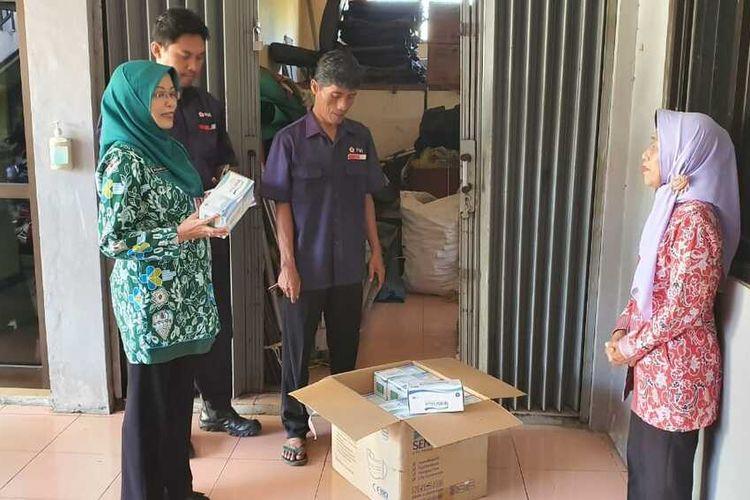 Pemkab Cilacap, Jawa Tengah, mengirimkan bantuan 10.000 masker untuk pekerja migran asal Cilacap yang berada di Hong Kong, Selasa (18/2/2020).