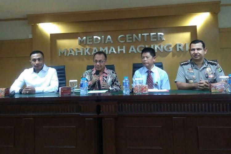 Sekretaris Mahkamah Agung (MA) Achmad Setyo P (dua dari kiri) dalam konferensi pers mengenai proses seleksi calon hakim MA, di Jakarta, Kamis (31/8/2017).