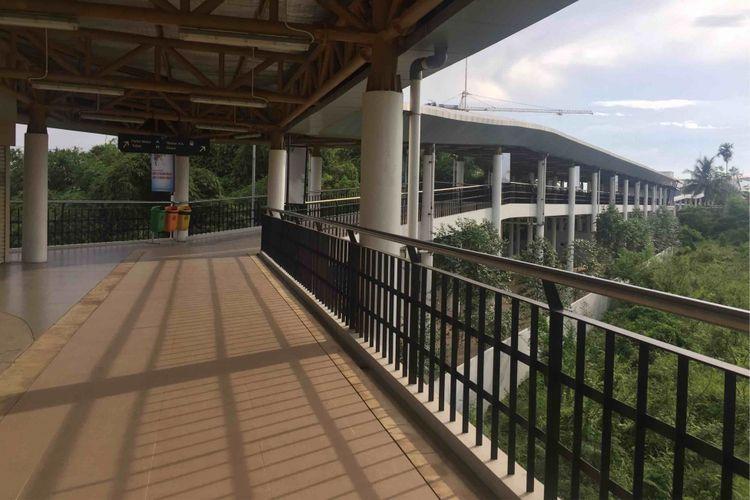 Stasiun Cisauk di Tangerang, Banten berwajah baru. Fasilitas di stasiun yang akan diresmikan pada 1 Februari 2019 memiliki sejumlah fasilitas penunjang seperti eskalator dan lift. Ada juga toilet untuk difabel serta umum, skywalk sepanjang 450 meter untuk menghubungkan Stasiun Cisauk dan Terminal Intermoda BSD. Foto diambil Rabu (30/1/2019).