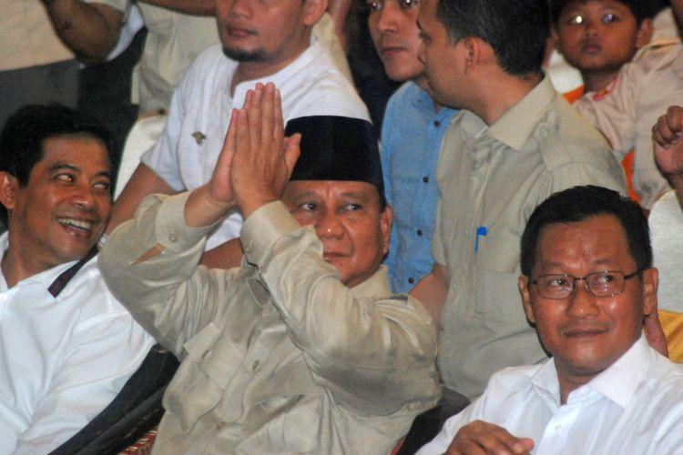 Capres nomor urut 2 Prabowo Subianto (tengah) menyapa para pendukungnya saat menghadiri Dialog Kebangsaan di GOR Kota Mojokerto, Jawa Timur, Minggu (24/2/2019). Prabowo berdialog dengan pengurus dan anggota Asosiasi Petani Tebu Rakyat Indonesia (APTRI). ANTARA FOTO/Syaiful Arif/ama.