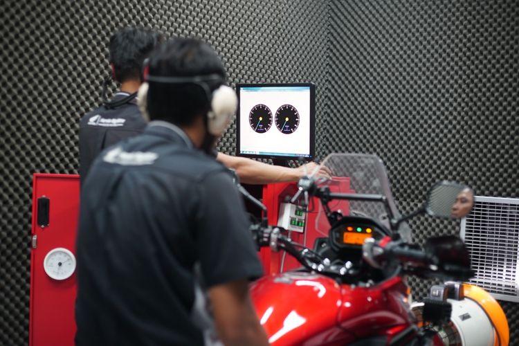 mekanik melakukan tes power kendaraan