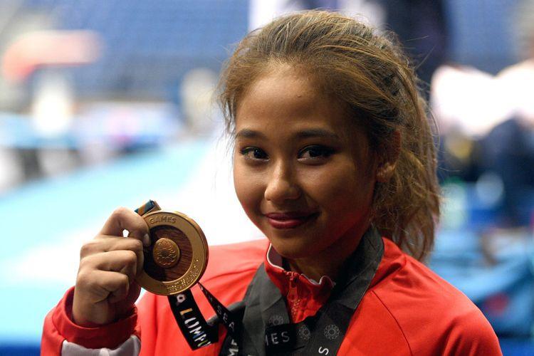 Pesenam putri Indonesia Rifda Irfanaluthfi menunjukkan medali emas usai menjuarai nomor balok keseimbangan senam artistik perorangan putri SEA Games XXIX Kuala Lumpur di MiTeC, Kuala Lumpur, Malaysia, Rabu (23/8/2017). Rifda menyabet medali emas setelah berhasil dengan 13,125 poin.