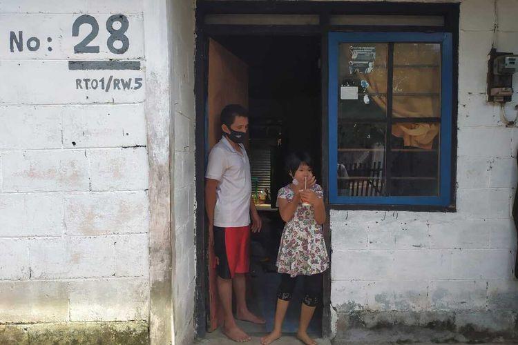 Irene Mardalenta Gea (9) dan pamannya Amoni Zeboa (31) di rumahnya di Perumnas Kalinegoro No. 28, RT 01 RW 05 No 28 Desa Kalinegoro, Kecamatan Mertoyudan, Kabupaten Magelang, Jawa Tengah, Minggu (20/12/2020).