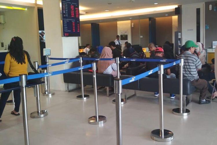 Suasana kantor cabang Bank Mandiri di Batam, Kepulauan Riau.