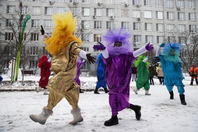 Saat perayaan Natal dan Tahun Baru pada Jumat (25/12/2020) di Moskow, Rusia, para artis mengenakan kostum warna-warni untuk menghibur anak-anak di rumah sakit.