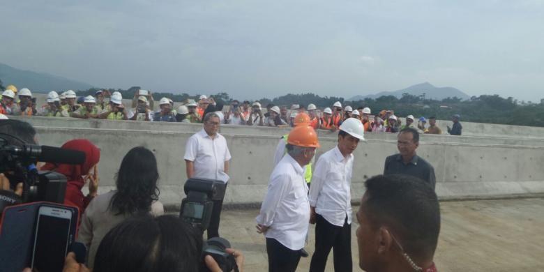 Presiden Indonesia Joko Widodo bersama Menteri Pekerjaan Umum dan Perumahan Rakyat (PUPR) Basuki Hadimuljono meninjau pembangunan Jalan Tol Cisumdawu, Kamis (17/3/2016).