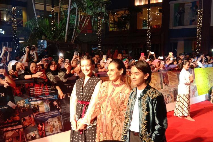 Para pemain film Bumi Manusia berjalan dalam karpet merah di Mall Surabaya Town Square, Jawa Timur, Jumat malam (9/8/2019).