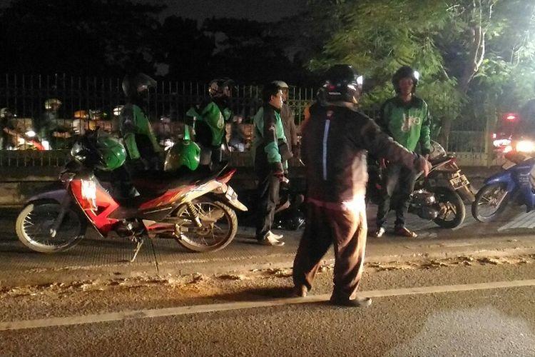 Pengendara motor jatuh setelah berusaha masuk ke jalur busway di Jalan Galunggung, Kecamatan Setiabudi, Jakarta Selatan, Kamis (4/5/2017) malam.