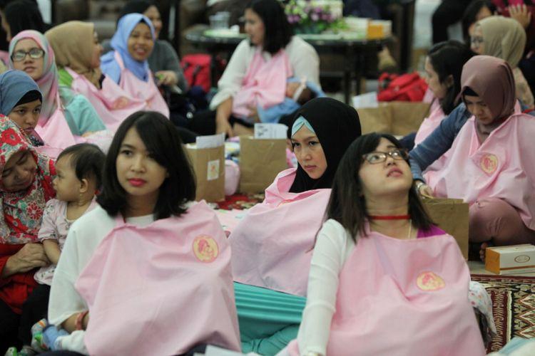 Sejumlah ibu menyusui bayinya serentak saat acara Peringatan Pekan ASI Sedunia di Kementerian Pemberdayaan Perempuan dan Perlindungan Anak (KPPPA) di Jakarta, Rabu (3/8/2016). KPPPA akan mendorong seluruh kementerian dan instansi pemerintah daerah untuk memiliki ruang laktasi dan penitipan anak. Hal ini bertujuan agar para ibu yang bekerja dapat tetap memberikan ASI eksklusif kepada bayinya.