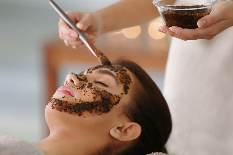 Manfaat masker kopi bisa didapatkan dengan mengaplikasikannya secara topikal, termasuk menjadi produk seperti scrub dan pasta dari bubuk kopi segar