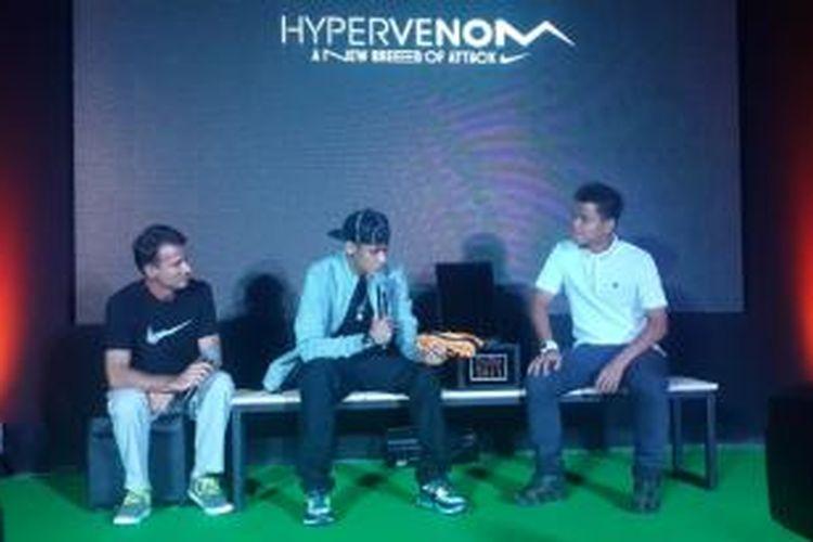 Bomber Barcelona, Neymar da Silva (tengah) bersama Nike Footware Product Director, Aik Leong Lim (kanan), saat jumpa pers peluncuran Hypervenom di Siam Center, Bangkok, Thailand, Selasa (6/8/2013).