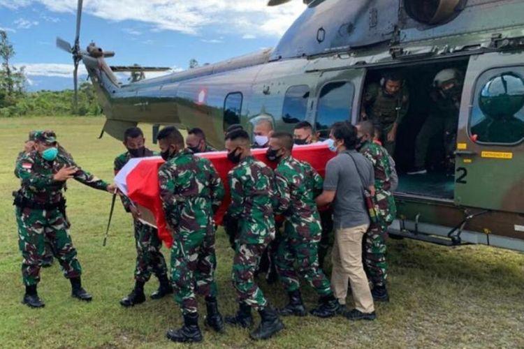 Jenazah Kabinda Papua, Brigjen TNI Gusti Putu Danny Nugraha, dievakuasi ke Mimika, Papua, Senin (26/4/2021)