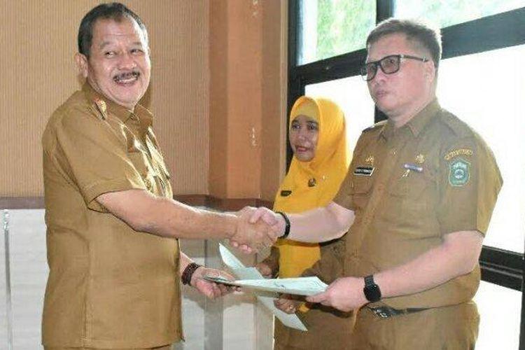 Sekkab Takalar Muh Arsyad Taba menyerahkan Surat Perintah Pelaksana Tugas (SPPT) Bupati Takalar pada 2 pejabat, Selasa (7/1/2020) kemarin.