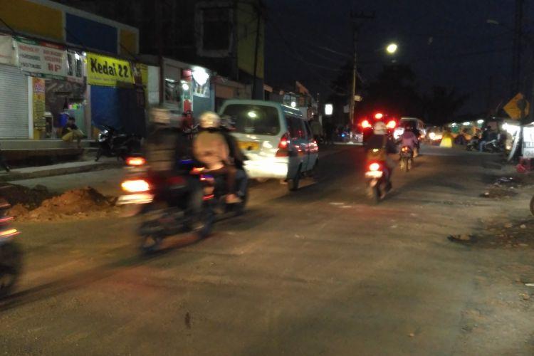Kondisi Jalan Raya Sangiang, Kecamatan Periuk, Kota Tangerang, yang sempat ditutup akibat bentrok ojek online dengan sopir angkot kini sudah normal kembali, Rabu (8/3/2017) malam.