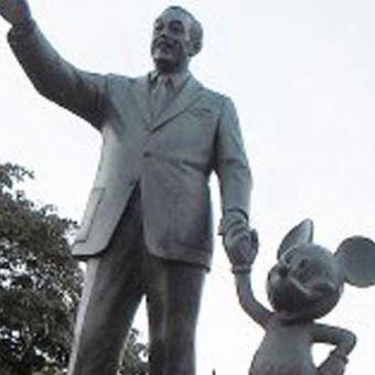 Patung Walt Disney menggandeng Mickey Mouse dengan latar belakang Kastil Sleeping Beauty di Disneyland, Anaheim, California, Amerika Serikat.