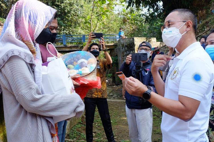 Sekretaris Jenderal Partai Amanat Nasional (PAN) Eddy Soeparno saat menyerahkan bantuan buku tabungan pendidikan kepada salah satu anak yatim piatu yang orangtuanya meninggal karena Covid-19, di kawasan Cilendek, Kota Bogor, Jawa Barat, Jumat (27/8/2021).
