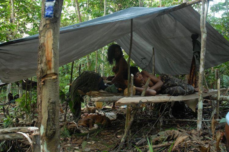Orang Rimba saat sedang menetap di sudong yang berada di area hutan tanaman industri mengalami tekanan ekonomi yang sulit karena tidak adanya persedian pangan lokal seperti gadung dan benor