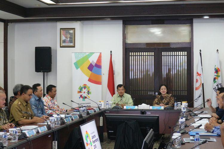 Wakil Presiden RI yang juga Ketua Dewan Pengarah INASGOC 2018, Jusuf Kalla (kiri) memimpin rapat kkoordinasi persiapan penyelenggaraan Asian Games XVIII tahun 2018 di Wisma Serbaguna, Senayan, Jakarta, Senin (19/2/2018).
