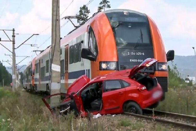 Beginilah kondisi mobil yang dikemudikan Angelika (18) saat ditabrak kereta api di sebuah desa di wilayah selatan Polandia.