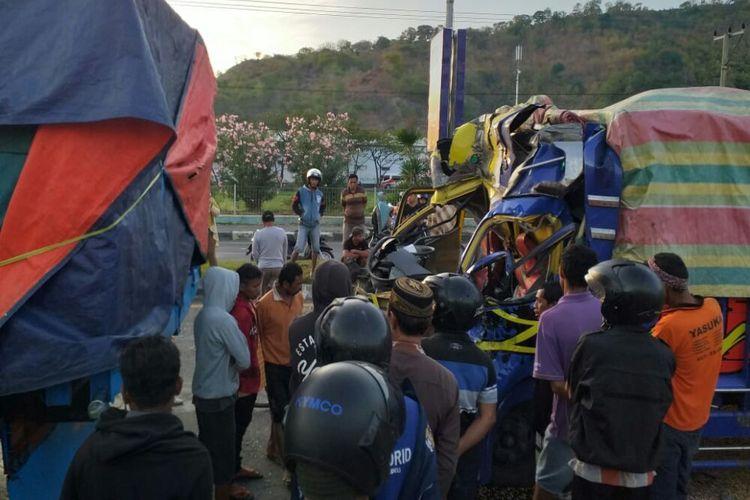 Truk yang ditumpangi satu keluarga menabrak truk fuso di Jalan Sultan M Salahuddin, Kota Bima pada Kamis (20/6/2019). Dalam peristiwa ini, bayi yang berumur 1,5 tahun tewas dan kedua orangtuannya dilarikan ke UGD.