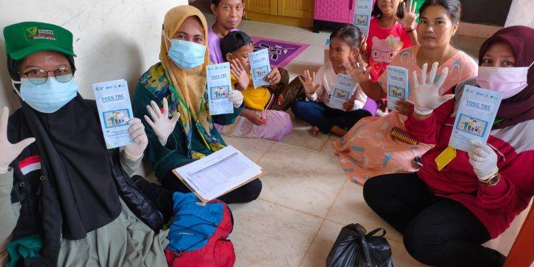 Sejumlah relawan kesehatan Dompet Dhuafa Cabang Sulawesi Selatan, menggelar program Ketuk Pintu, sebagai upaya pencegahan dan investigasi Tuberkulosis, sekaligus memperingati Hari Tuberkulosis Sedunia, Kamis (25/3/2021).