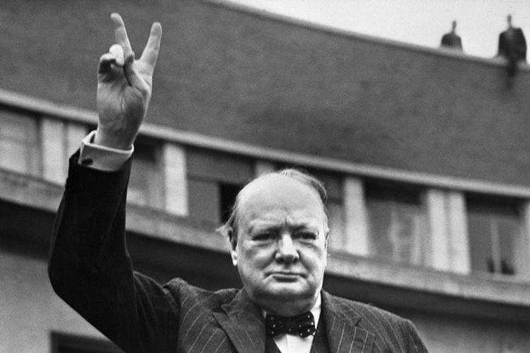 Mantan Perdana Menteri Inggris, Winston Churchill, memberikan tanda kemenangan