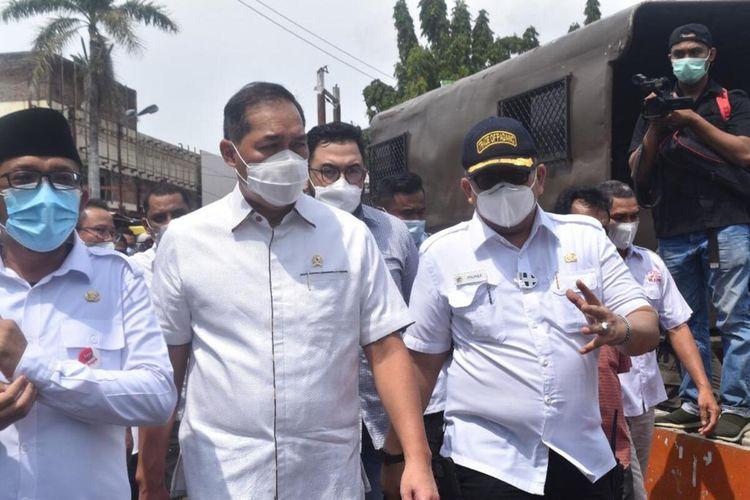 Mendag M Lutfi didampingi Wali Kota Padang Hendri Septa dan Kadis Perdagangan Andree Algamar saat meninjau vaksinasi pedagang, Selasa (6/4/2021).
