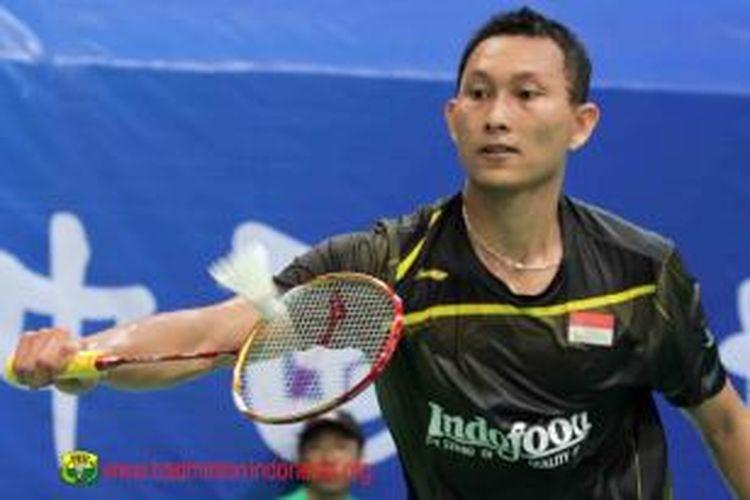 Tunggal putra Indonesia, Sony Dwi Kuncoro, mengembalikan bola Zi Liang Derek Wong, pada babak pertama BWF World Championships 2013 di Tian-He Indoor Gymnasium, Guangzhou, China, Senin (5/8/2013).