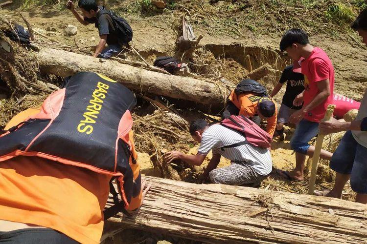 Korban longsor di Pasaman pada Sabtu (15/2/2020) lalu ditemukan tewas tertimbun, Selasa (18/2/2020). Tim SAR berusaha mengevakuasi korban yang tertimbun