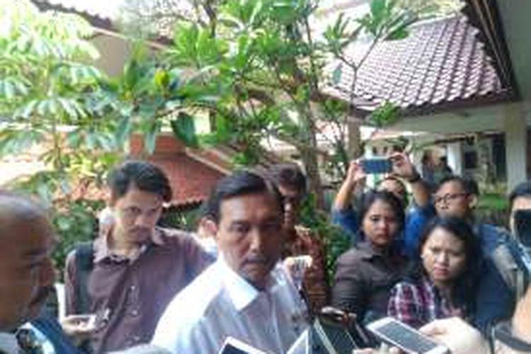 Menteri Koordinator Kemaritiman, Plt Menteri ESDM Luhut Binsar Pandjaitan usai membuka FGD riset energi di Kamis Universitas Indonesia, Depok, Jawa Barat, Rabu (7/9/2016).
