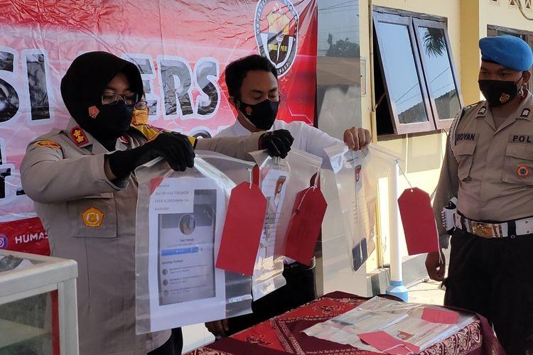 Kapolres Tegal Kota AKBP Rita Wulandari didampingi Kasat Reskrim AKP Syuaib Abdullah menunjukan barang bukti perkara penyebaran berita hoaks ajakan demo, saat konferensi pers di Mapolres setempat, Senin (26/7/2021).