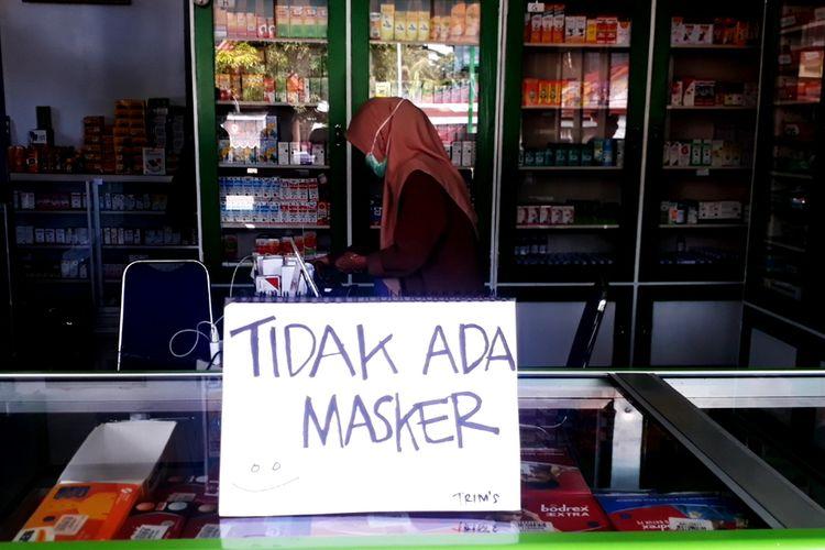 Sejumlah petugas apotek di Belopa, Kabupaten Luwu, Sulawesi Selatan, memasang tanda stok masker habis, di dalam apotek, mereka mengaku stok masker sudah habis sejak bulan lalu, Sabtu (07/03/2020)