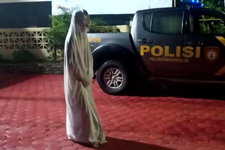 Salah satu remaja pemeran hantu pocong yang ditangkap polisi sedang menjalani hukuman fisik di Mapolsek Sanankulon, Kabupaten Blitar, Jawa Timur, Kamis malam (8/4/2021)