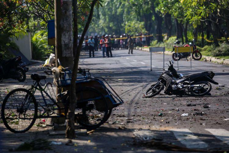 Suasana setelah ledakan bom di Gereja Santa Maria Tak Bercela di Jalan Ngagel Jaya Utara, Surabaya, Jawa Timur, Minggu (13/5/2018). dua orang tewas dan 13 orang menderita luka akibat ledakan di Gereja Santa Maria Tak Bercela.