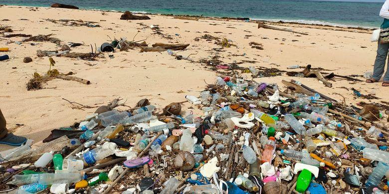 Sampah plastik di pesisir pantai Huntete, Kecamatan Tomia Timur, Wakatobi