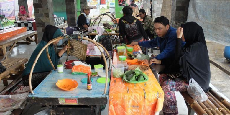 Bangku panjang disusun berbentuk U, dengan si penjual berada di tengah. Di hadapannya terdapat panggangan sate. Pada meja yang juga berbentuk U, terdapat deretan nasi putih berbungkus daun pisang serta bumbu-bumbu.