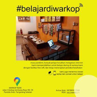 Sebuah warung kopi di Tangerang Selatan menyediakan fasilitas internet gratis untuk membantu para pelajar mengikuti kegiatan belajar daring.