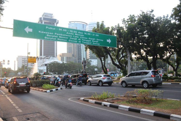 Berdasarkan data dari Dinas Lingkungan Hidup Provinsi DKI Jakarta, sumber pencemaran udara terbesar berasal dari transportasi darat.