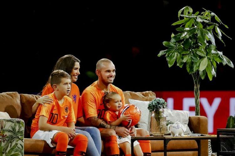 Wesley Sneijder bersama keluarganya menonton televisi di tengah laga Belanda versus PEru di Johan Cruyff Arena, Kamis (6/9/2018).