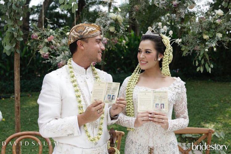 Raisa Andriana dan Hamish Daud menunjukkan buku nikah setelah menjalani akad nikah di Ayana Midplaza, Jakarta, Minggu (3/9/2017).