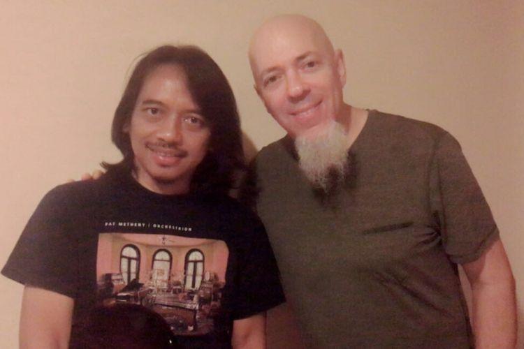 Gitaris Dewa Budjana bersama keyboardist Dream Theater, Jordan Rudess saat bertemu di Yogyakarta.