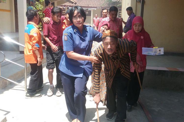 Siswa SLBN Kendal Jawa Tengah, saat lakukan  simulasi kebakaran dan gempa bumi. Kompas.com/Slamet Priyatin