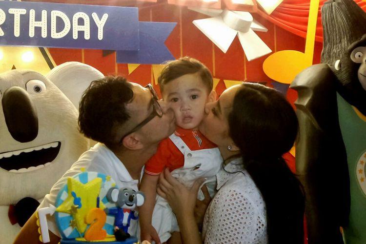 Rafathar dan orangtuanya, Raffi Ahmad dan Nagita Slavina, dalam perayaan ulang tahunnya yang kedua di Club House Green Bandara Residence, Depok, Jawa Barat, Minggu (20/8/2017).