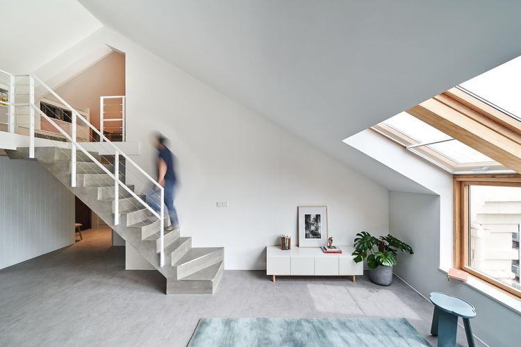 Desain loft minimalis dengan lantai mezanin, Starburst House di Beijing