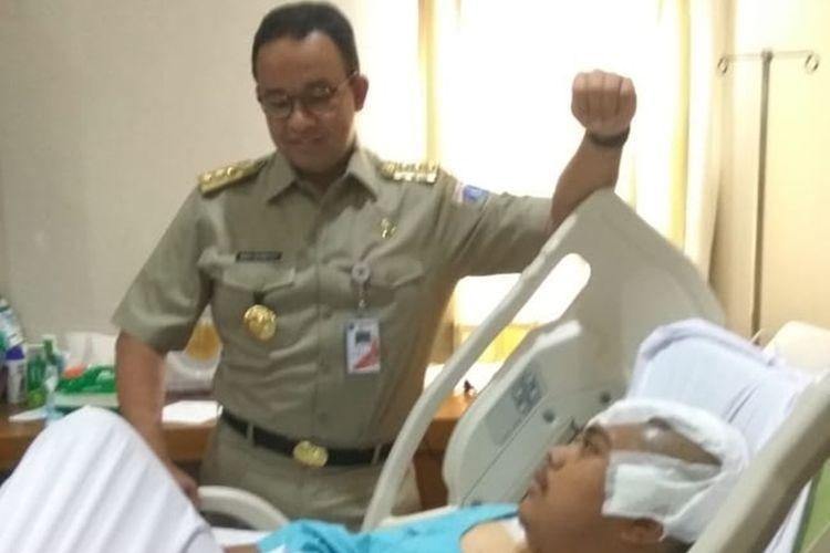 Gubernur DKI Jakarta Anies Baswedan saat menjenguk Mahasiswa Al Azhar Faisal Amir yang jadi korban saat demo di DPR RI, di RS Pelni, Jakarta Barat, Senin (30/9/2019)