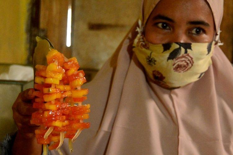 Watawalani Rangkuti (36) menunjukkan manisan yang dibuatnya. Selama Ramadhan hingga Lebaran, dia bisa memproduksi lebih dari 1 ton manisan yang dibuat lebih dari 13 jenis buah.